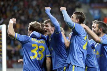 Denis Polyakov (L) of FC BATE Borisov celebrates with teammates his goal during the UEFA Champions League group H match between FC BATE Borisov and Athletic Club Bilbao in Borisov, Belarus, 30 September 2014.