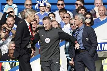 Wenger empurra Mourinho