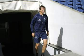 epa04454626 FC Porto's Spanish head coach Julen Lopetegui arrives for his team's training session at Dragao stadium in Porto, Portugal, 20 October 2014. FC Porto will face Athletic Club in the UEFA Champions League Group H soccer match on 21 October 2014. EPA/ESTELA SILVA