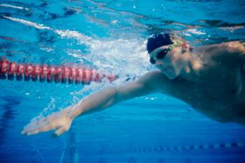 De verão e de inverno, a natação é uma das atividades físicas que os especialistas mais recomendam. A nível mental, ajuda a reduzir a ansiedade e os níveis de stress. A nível físico, contribui para o reforço da mobilidade das articulações, trabalha os músculos das costas, dos braços, da região abdominal e das pernas. Nadar previne o enfarte do miocárdio e a hipertensão arterial e reduz a probabilidade de acidente vascular cerebral