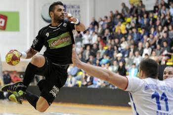 Aguas Santas's player Pedro Cruz (L) vies for the ball with Bogdan Meduric of RK Metaloplastika Sabac during the semi-final 2nd leg of the Challenge Cup handball match at Águas Santas Arena in Maia city, northwest of Portugal, 26 april 2014. FERNANDO VELUDO / LUSA