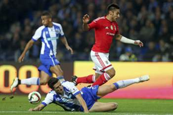 FC Porto's player Marcano (R) in action against Benfica's Salvio (R) during their Portuguese First League soccer match held at Dragao stadium in Porto, Portugal, 14 December 2014. JOSE COELHO/LUSA