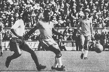 Vicente disputa a bola com Pelé num jogo entre Portugal e Brasil.