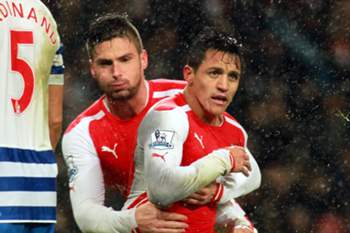 Alexis Sanchez celebra um golo diante do Queens Park Rangers.