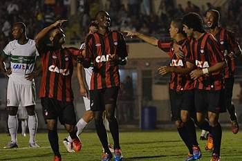 Douglas Coutinho festeja golo com os colegas