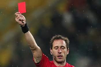 árbitro mostra o cartão vermelho em jogo no Estádio de Alvalade