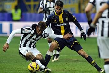 Pedro Mendes, com a camisola do Parma, em ação frente a Juventus