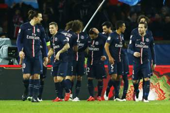 aris St Germain's Ezequiel Lavezzi is congratulated by his teammates after he scored against Rennes during the French League 1 soccer match Paris Saint Germain vs Rennes in the Parc des Princes Stadium in Paris, France, 30 January 2015.