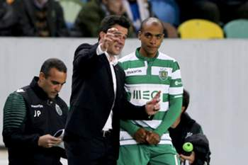 Sporting's head coach Marco Silva (L) gives instructions to his player Joao Mario (R) during the Portuguese First League soccer match against Moreirense held at Alvalade stadium in Lisbon, Portugal, 14 December 2014. MIGUEL A. LOPES/LUSA