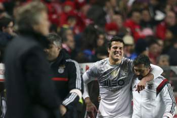 SL Benfica's goalkeeper Julio Cesar leaves the pitch injured during their Portuguese First League soccer match against Boavista held at Luz Stadium in Lisbon, Portugal, 31 January 2015. MARIO CRUZ/LUSA