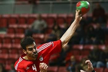 O jogador de andebol do Benfica Javier Borragan em ação contra o Sporting.