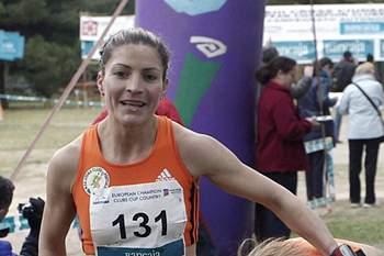 Leonor Carneiro (E) ajuda uma colega de equipa no final da prova na categoria feminina durante a Taça dos Clubes Campeões Europeus de Corta-Mato disputada em em Castellón, Espanha, 5 de fevereiro de 2012.