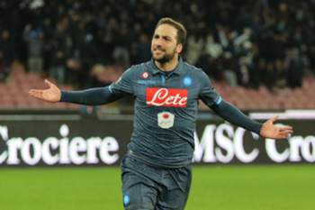 epa04654276 SSC Napoli's forward Gonzalo Higuain exults after scoring the goal of 2-0 during the italian serie A soccer match Napoli-Inter at San Paolo Stadium, Naples, Italy, 08 March 2015.