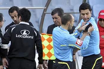 O árbitro Pedro Proença (E) sentiu-se mal e foi substituido pelo 4.º árbitro, Tiago Martins (D), durante o jogo da Liga de Futebol entre a Académica de Coimbra e o Paços de Ferreira, disputado no Estádio Cidade de Coimbra, 18 de março de 2012.