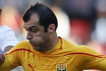 portugal_Macedónia_Nani (L) vies for the ball with Macedonia's opponent Goran Pandev (R)