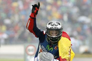 Piloto espanhol celebra vitória no Grande Prémio de Aragão.