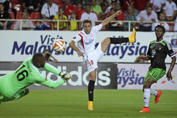 Sevilla's Gerard Deulofeu (C) tries to score in front of Feyenoord's goalkeeper Kenneth Vermeer (L) and defender Miquel Nelom (R) during the Europa League's group G match between Sevilla and Feyenoord at Ramon Sanchez Pizjuan stadium in Seville, soutern Spain, 18 September 2014.