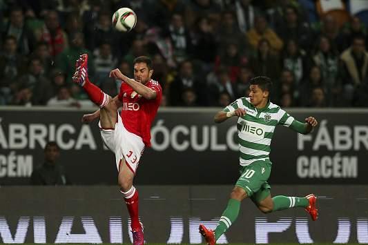 Jardel disputa a bola com Montero
