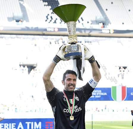 Buffon com a Taça de campeão