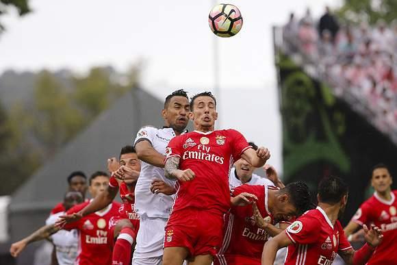 Grimaldo e Pedro Henrique disputam uma bola