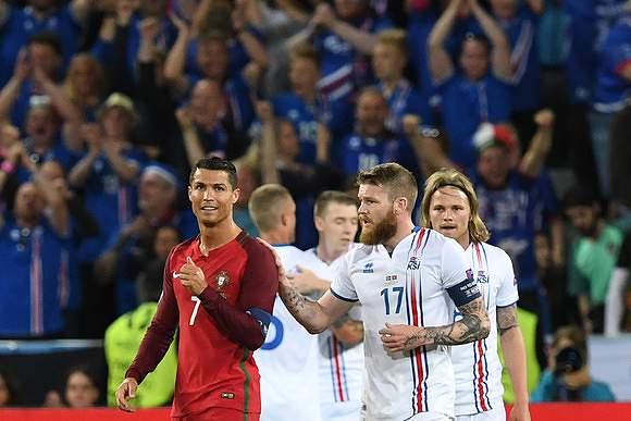 Ronaldo na partida frente à Islândia