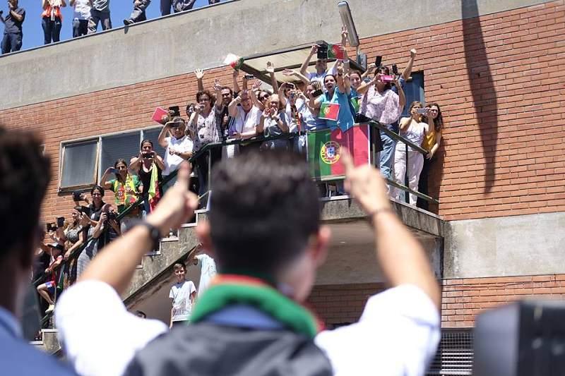 Cristiano Ronaldo acena aos apoiantes