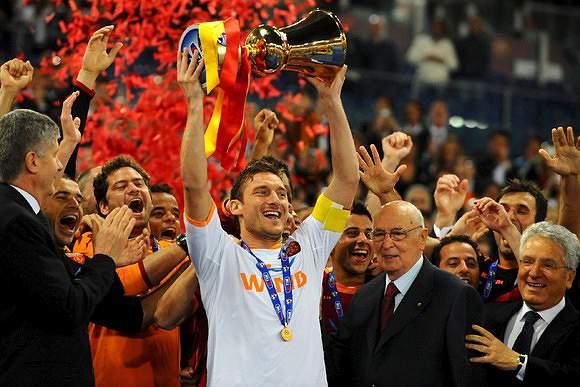 Totti com uma Taça de Itália