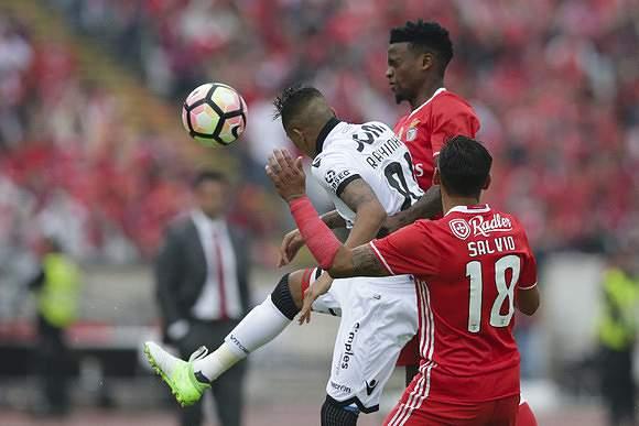 Semedo e Salvio disputam uma bola com Raphinha