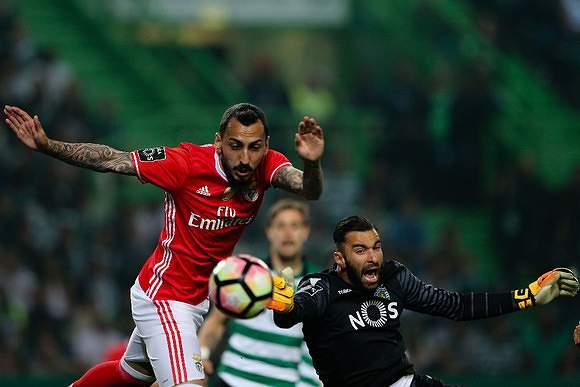 Mitroglou choca com Rui Patrício