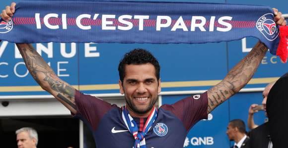 Paris conquista Dani Alves