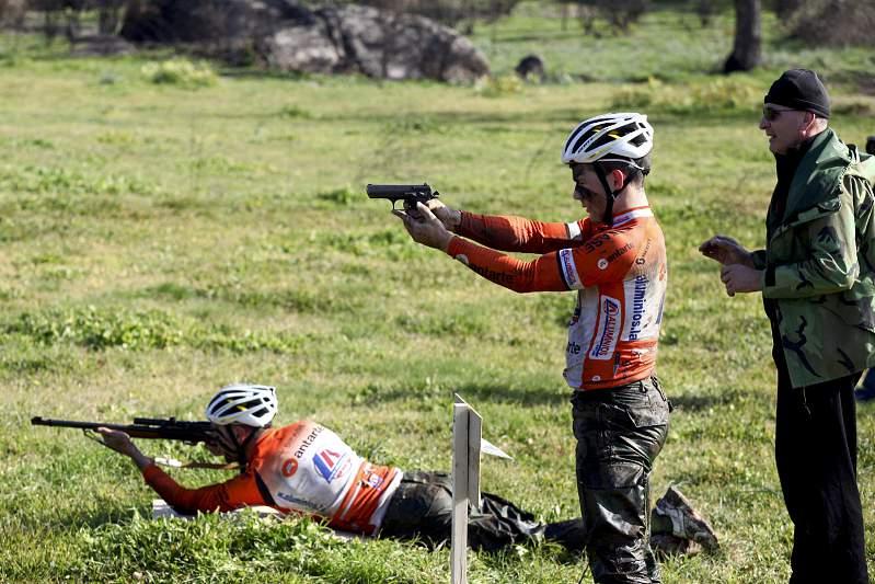 Os ciclistas realizaram um exigente treino militar