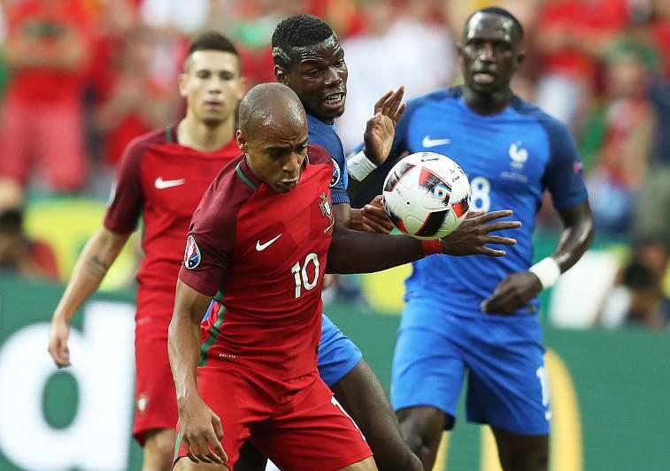 João Mário em disputa física com Pogba