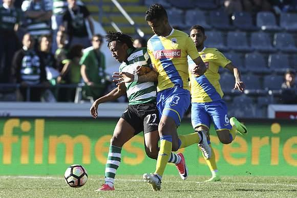 Gelson Martins em luta corpo a corpo com Jubal