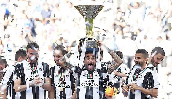 Dani Alves com a Taça