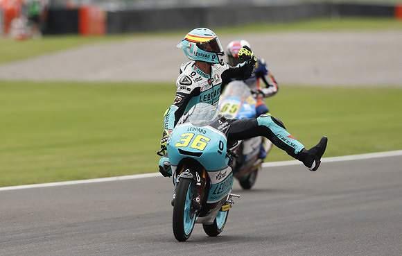 Joan Mir celebra vitória em Moto 2