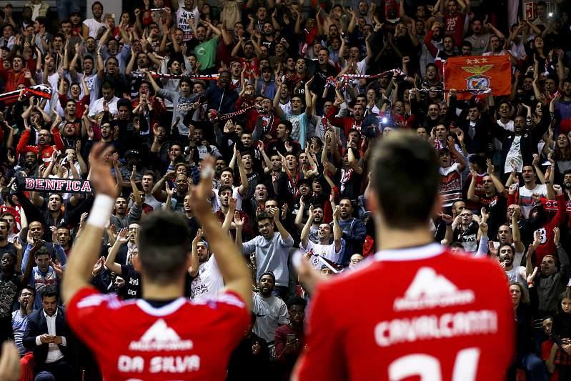 Os jogadores do Benfica festejam a vitória