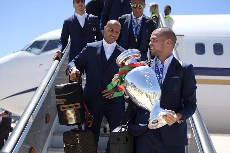 Equipa desce do avião com a Taça