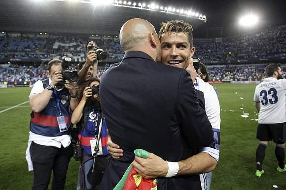 Abraço de Zidane a Ronaldo
