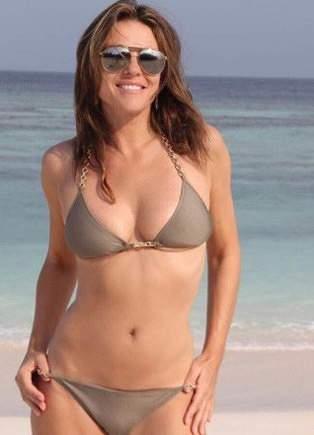 Elisabeth Hurley respira classe aos 52 anos