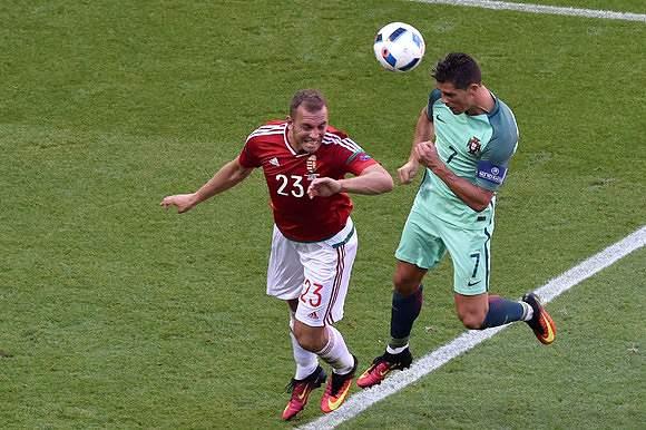 Ronaldo remata de cabeça