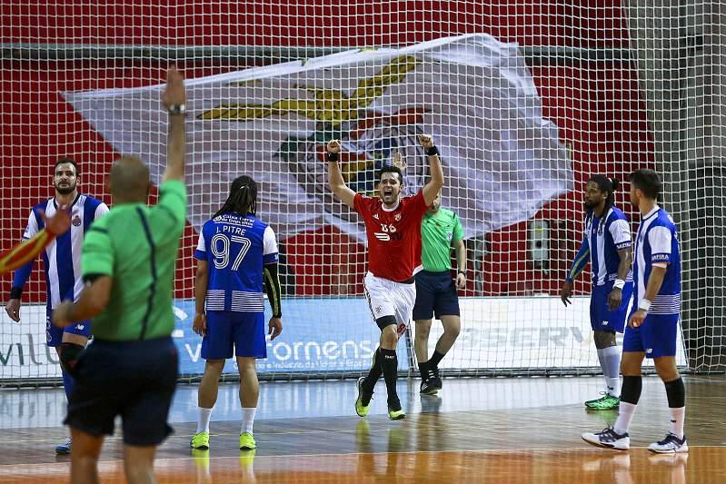 Ales Abrão Silva (C) festeja o último golo