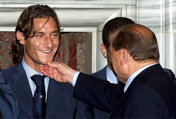 Berlusconi cumprimenta Totti