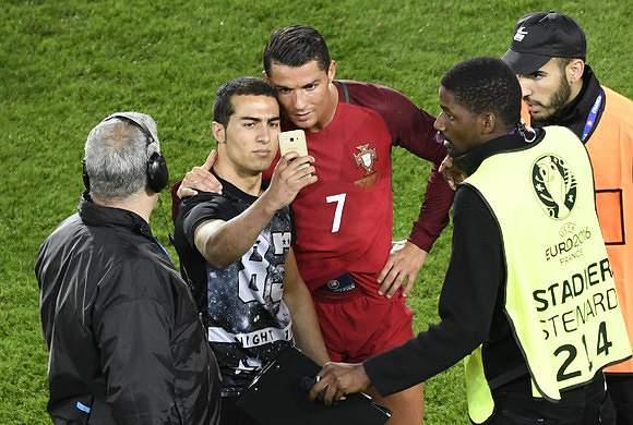 Ronaldo tirou foto com uma fã