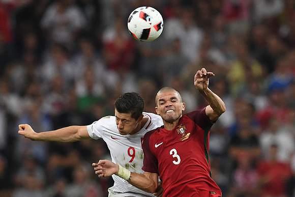 Disputa de bola no Portugal - Polónia