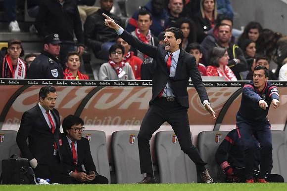 Técnico do SC Braga gesticula