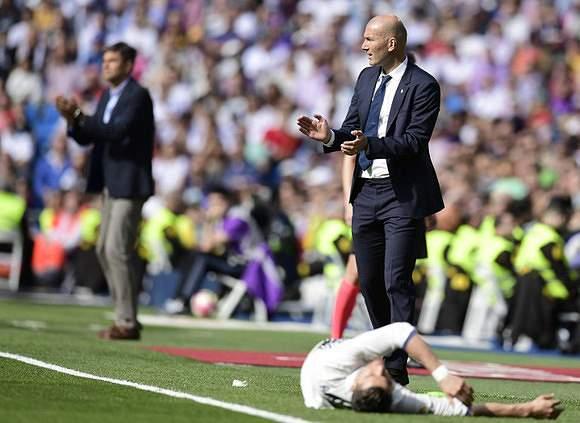 Ronaldo cai, Zidane aplaude