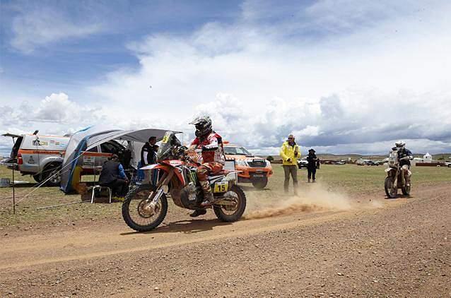 Michael Metge orienta-se no deserto