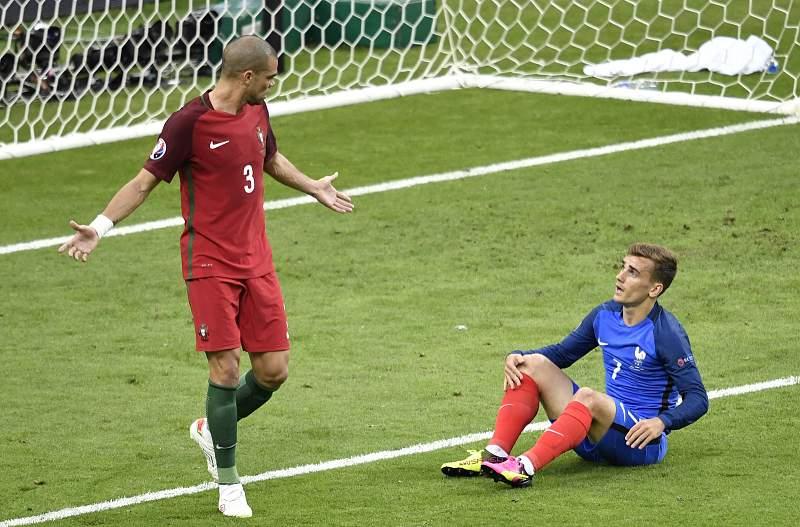 Pepe incrédulo com Griezmann