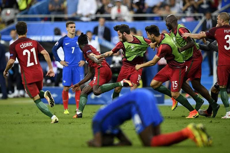 Jogadores portugueses celebram golo de Éder