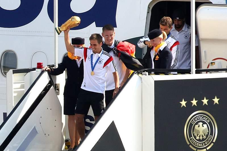 Lahm mostrou a Taça do Mundial2014 aos adeptos